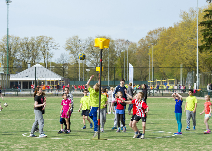 Kinderen die korfbal aan het spelen zijn