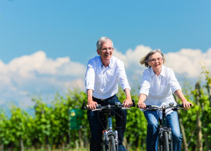 senioren die buiten aan het fietsen zijn