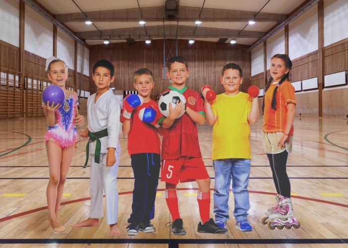 Kinderen in superhelden kleding