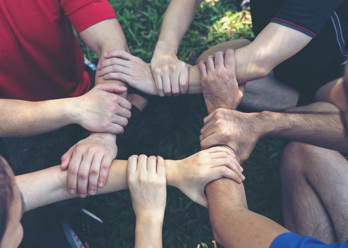 kinderen die elkaars handen vasthouden