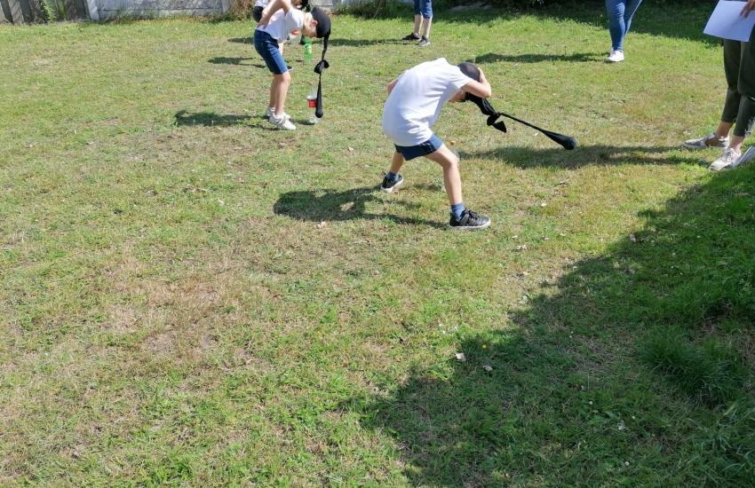 Een kind dat aan het sporten is op een grasveld