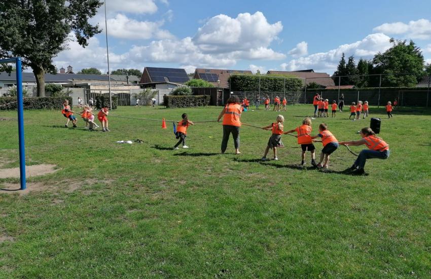 Kinderen die aan het touwtrekken zijn op het gras