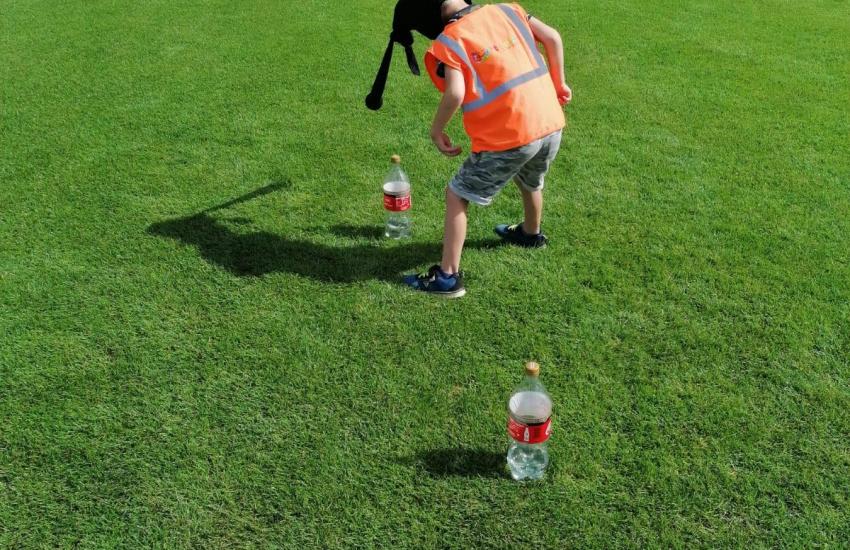 Een kind dat aan het sporten is op het gras