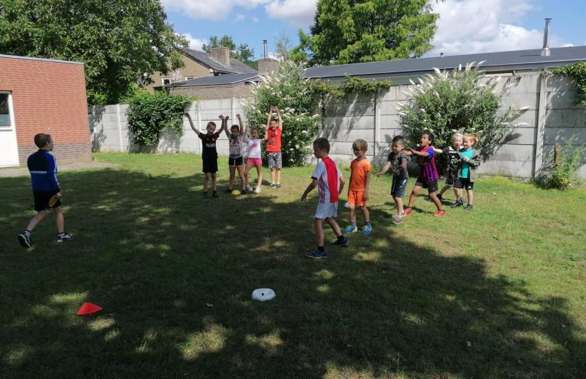 Kinderen die aan het sporten zijn op een grasveld