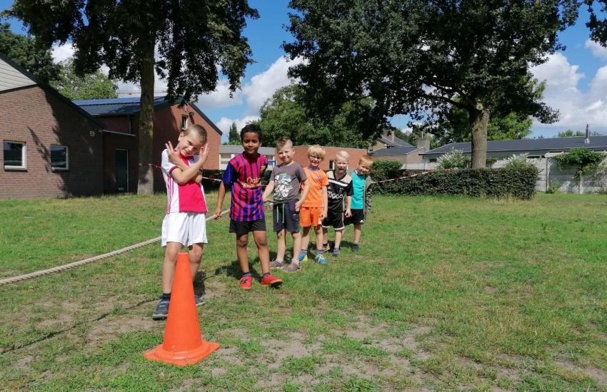 Kinderen die aan het touwtrekken zijn