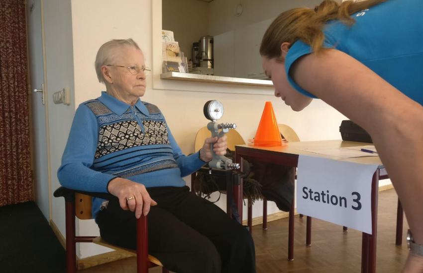Oudere man die onderzocht wordt tijdens de fitheidstest in America