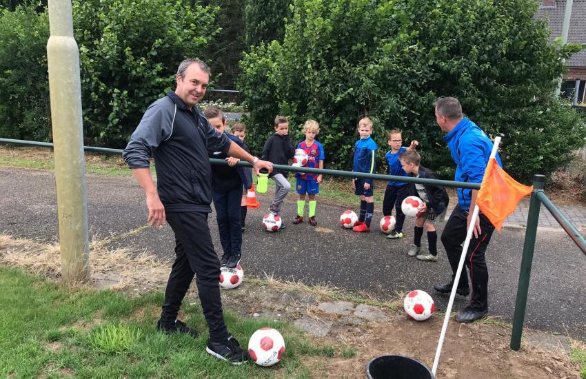 Kinderen die aan het voetballen zijn